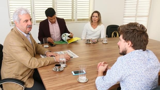 Celso Figueira concede entrevista ao Jornal Opção, ao lado dos assessores Thiago e Renata Vieira (Kasane Comunicação) | Foto: Fernando Leite / Jornal Opção
