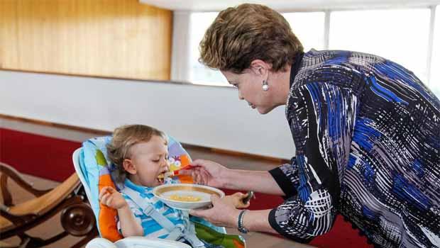 No Dia dos Avós, Dilma usa redes sociais para comemorar chegada do segundo neto