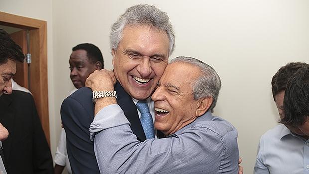 Caiado cumprimenta Iris pelo aniversário de 81 anos | Foto: Leandro Vieira