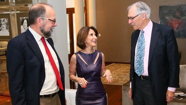 Raquel Teixeira recebe os pesquisadores David Plank e Martin Carnoy