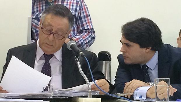 Walmir Cunha (dir.) e seu cliente, que depôs à CEI das Pastinhas   Foto: Rubens Salomão