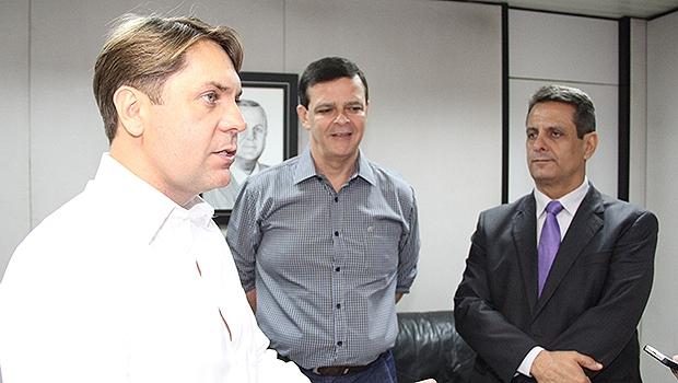 Bruno Peixoto (à esq.), Paulo Borges e Denício Trindade no Paço Municipal | Foto: Humberto Silva/Divulgação