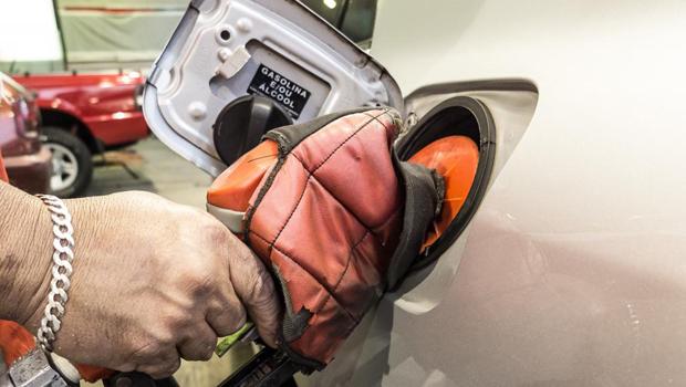 Dono de posto é preso em flagrante por vender combustível adulterado em Goiânia