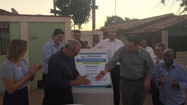 Governador Marconi Perillo cumprimenta o prefeito Jânio Darrot pela entrega das obras | Foto: Alexandre Parrode / Jornal Opção