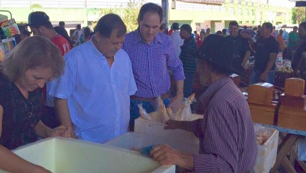 De volta à ativa, Juraci Martins visita feira e ouve reivindicações em Rio Verde