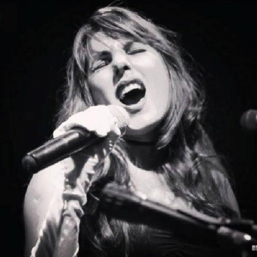 Olívia Bayer presta tributo a Adele e a Amy Winehouse em show nesta sexta-feira, 25