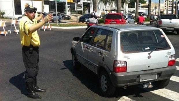 Motorista infrator ameaça agentes de trânsito com arma de fogo