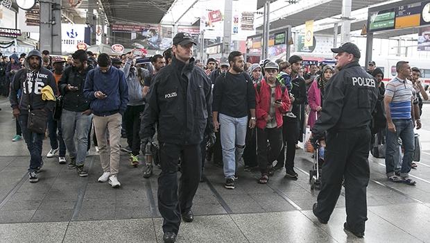 Cerca de 6 mil imigrantes já cruzaram a fronteira da Hungria com a Áustria, e algumas centenas já chegaram à estação de Munique, no sul da Alemanha