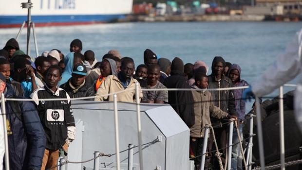 Duzentos e vinte imigrantes desembarcando no porto de Catania, na Sicília, em abril deste ano | Foto: IFRC- International Federation of Red Cross and Red Crescent Societies