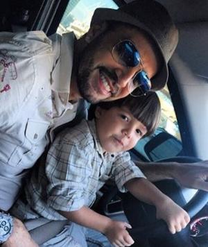 Latino e um de seus nove filhos, Bernardo | Foto: Reprodução/Site