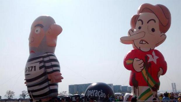"Manifestantes levam bonecos ""Pixuleco"" e ""Pixuleca"" para desfile de 7 de setembro"