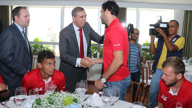 Governador em exercício, José Eliton recebe time do Vila Nova no Palácio das Esmeraldas