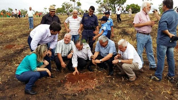 Autoridades plantam mudas de plantas nativas em Goiânia | Foto: Reprodução/Twitter