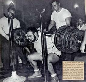 Oliver Sacks, o fisiculturista, faz um agachamento completo com 272 quilos: recorde em 1961, na Califórnia