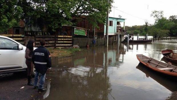 Equipes da Defesa Civil prestam apoio a moradores de São Jerônimo, uma das cidades gaúchas atingidas pela chuva Foto: Divulgação/Defesa Civil do Rio Grande do Sul