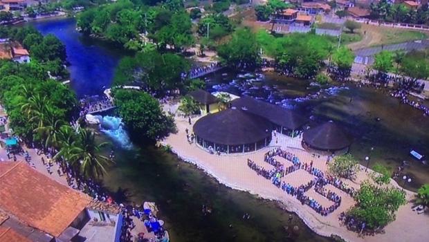 """Moradores de Correntina formam a sigla """"SOS"""" às margens do rio: apelo pela salvação do que restou"""