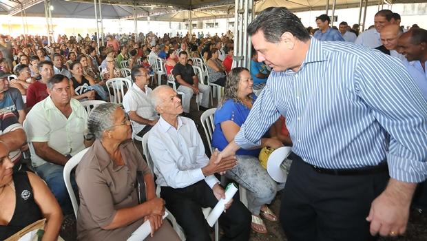 Marconi legaliza situação de 300 famílias em Aparecida de Goiânia