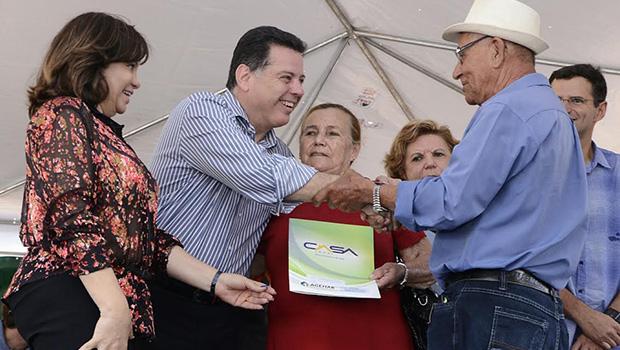 Marconi entrega escrituras para300 famílias do Jardim Curitiba