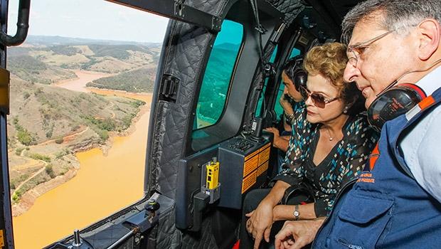 """Dilma Rousseff, com o governador Fernando Pimentel, sobrevoa área atingida pelo """"mar de lama"""", em MG"""