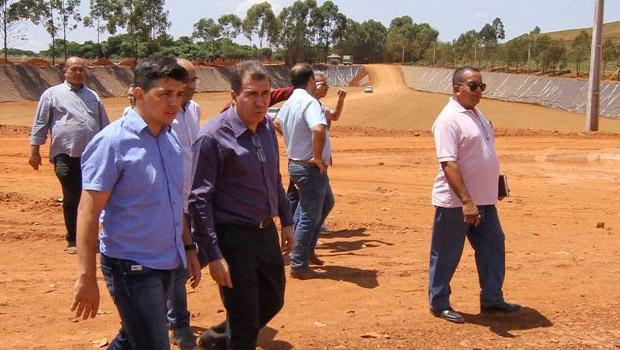 Prefeitos vistoriam serviço de gestão de resíduos em Anápolis