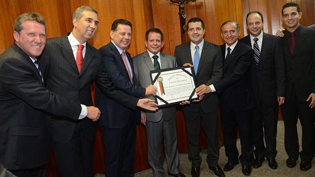 Luiz Alberto Bambu recebe título na Câmara de Goiânia