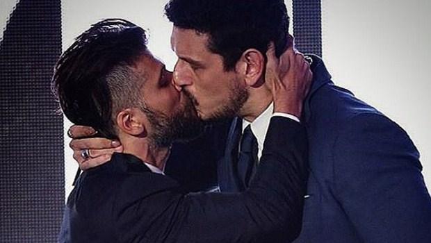 Bruno Gagliasso beija outro homem durante premiação e internet vai à loucura
