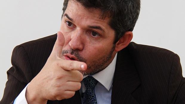 Deputado Waldir Soares: dedo em riste como o cano de uma pistola apontada para companheiros e adversários
