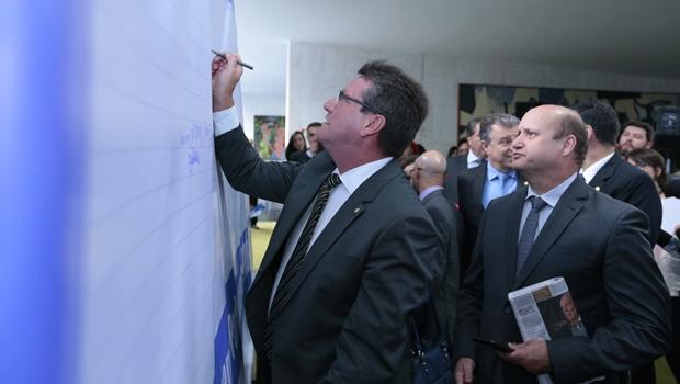 """Deputados goianos são os primeiros a assinar """"Painel Pró-Impeachment"""""""