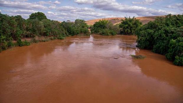 Cidades suspendem abastecimento de água após lama atingir o Rio Doce
