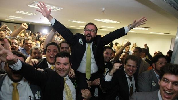Lúcio Flávio de Paiva é carregado ao ser eleito presidente da OAB-GO | Foto: Leoiran