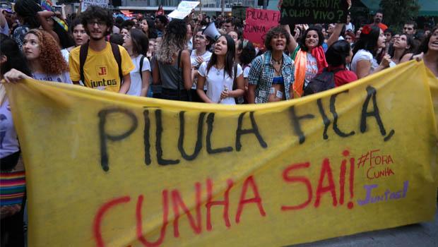Mulheres vão às ruas de Goiânia protestar contra Cunha