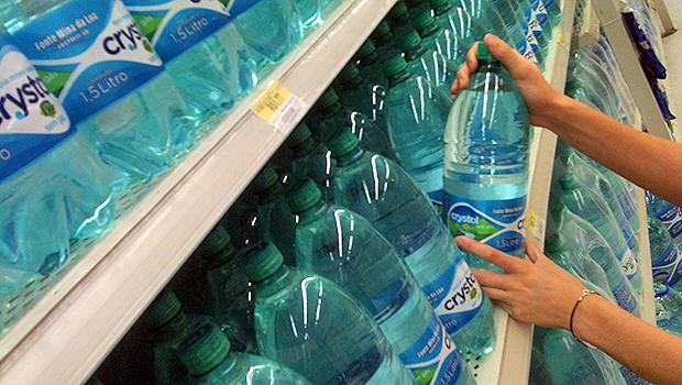 Goianos arrecadam água para vítimas de tragédia em MG