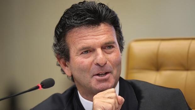 Luiz Fux elogia trabalho do relator, mas vota contra