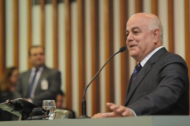 Presidente Hélio de Sousa discursa durante a sessão