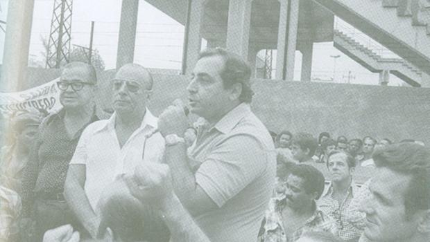 """""""Eleito"""" presidente, João Figueiredo ouve discurso de Jorge David, primo do bicheiro Anísio Abraão David"""