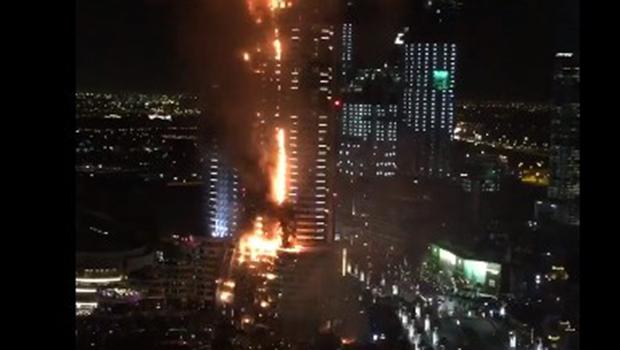 Incêndio de grandes proporções atinge hotel de luxo de Dubai
