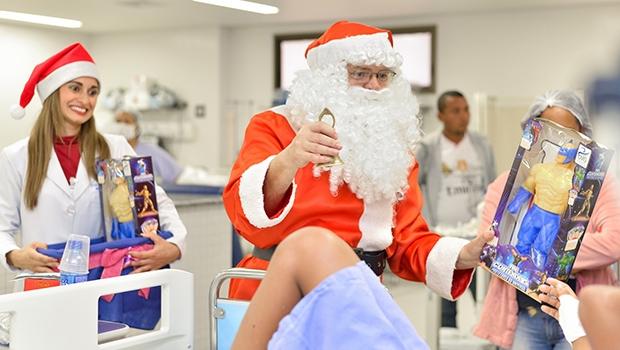 Papai Noel faz visita a pacientes do Hugol   Divulgação