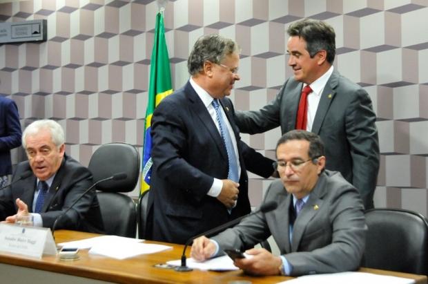 De pé, Blairo Maggi (relator) e Ciro Nogueira (autor do projeto) se cumprimentam. Ao lado deles, o presidente da comissão especial, Otto Alencar, e o senador Douglas Cintra   Agência Senado
