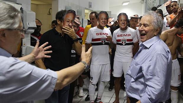 Juvenal Juvência (dir) com jogadores do São Paulo   Divulgação/SPFC