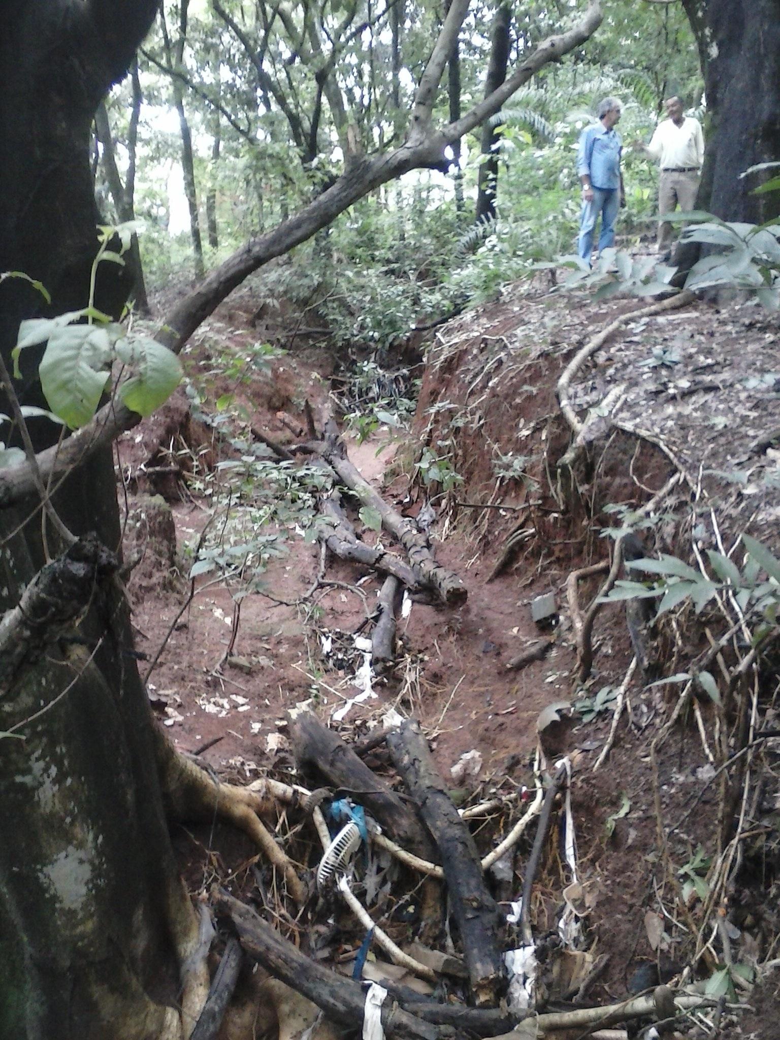 Amma verifica situação de erosão em parque ambiental no Conjunto Itatiaia