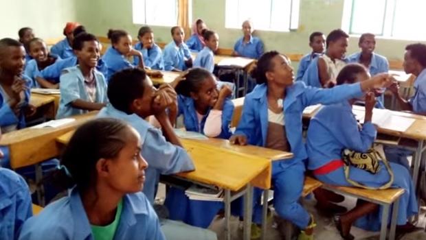 Inglês é ensinado com música do Nirvana por voluntário em escola da Etiópia   Foto: Reprodução