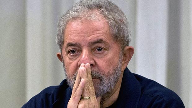 """Lula da Silva: investigações chegam cada vez mais perto e o ex-presidente teme ir para a cadeia. No detalhe, criminalista Nilo Batista, o novo """"zagueirão"""" na defesa do petista Foto: Nelson Almeida/AFP/Getty Images)"""