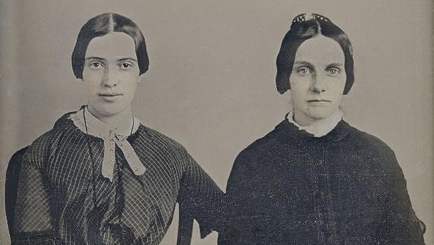 Emily Dickinson (à esquerda), maior poeta americana e traduzida para várias línguas, em fotografia descoberta há pouco tempo