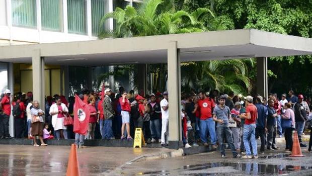Manifestantes ocupam Ministério da Fazenda