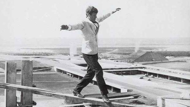 """O dia que o ator francês Jean-Paul Belmondo andou pelo """"céu"""" de Brasília"""