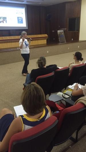 Fonoaudióloga Elisabete Giusti fala a participantes de curso em Goiânia sobre a doença | Foto: Fabiana Collavini