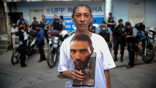 O pedreiro desapareceu em julho de 2013, após ser levado por PMs para a base da UPP da Rocinha. Na foto, a esposa de Amarildo pede justiça   Foto: Agência Brasil