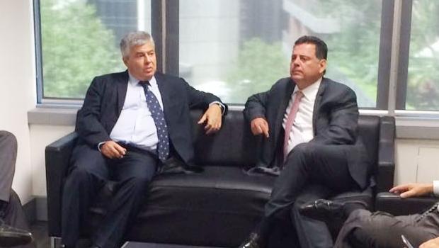 Cônsul-geral do Brasil em Sydney, Carlos Henrique Moojen de Abreu e Silva, e o governador Marconi Perillo (PSDB) durante encontro no Consulado Geral do Brasil na cidade australiana | Foto: Gabinete de Imprensa