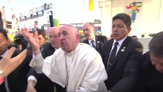 """Veja vídeo. Papa Francisco perde paciência com fiel: """"Não seja egoísta"""""""