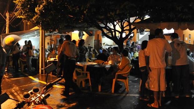 Casal gay diz ter sido ameaçado com faca em restaurante de Goiânia